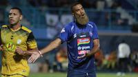 Striker Arema FC, Sylvano Comvalius pada laga melawan Barito Putera di Stadion Kanjuruhan, Kab. Malang, Senin (19/8/2019). (Bola.com/Iwan Setiawan)