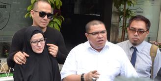 Lyra Virna datang di Polda Metro Jaya pada Kamis (25/1/2018). Kedatangannya guna memenuhi panggilan polisi untuk proses konfrontasi terkait dugaan kasus pencemaran biro travel, ADA Tour milik Lasty Annisa. (Nurwahyunan/Bintang.com)