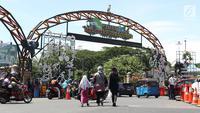 Warga bersiap memasuki lajur pintu masuk kawasan Kebun Binatang Ragunan, Jakarta, Minggu (30/12). Libur panjang jelang pergantian tahun dimanfaatkan warga untuk berlibur di kawasan Kebun Binatang Ragunan. (Liputan6.com/Helmi Fithriansyah)
