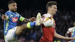 Striker Napoli, Lorenzo Insigne, berebut bola dengan bek Arsenal, Laurent Koscielny, pada laga leg kedua perempat final Liga Europa di Stadio San Paolo, Kamis (18/4/2019). Napoli takluk 0-1 dari Arsenal. (AP/Luca Bruno)
