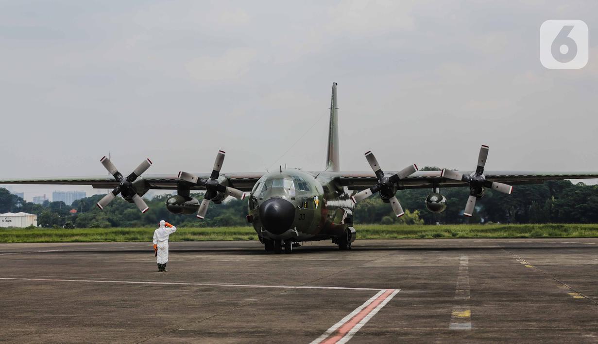 Pesawat TNI C-130 Hercules yang membawa alat kesehatan dari Shanghai, China mendarat di Bandara Halim Perdanakusuma, Jakarta Timur, Senin (23/3/2020). Alat-alat kesehatan yang dibawa dari China tersebut untuk penanganan covid-19. (Liputan6.com/Faizal Fanani)