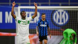 Pemain Sassuolo, Hamed Traore, melakukan selebrasi usai mencetak gol ke gawang Inter Milan pada laga Liga Italia di Stadion Giuseppe Meazza, Rabu (7/4/2021). Inter Milan menang dengan skor 2-1. (AFP/Isabella Bonotto)