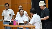 Mendikbud Nadiem Makarim (kiri), Menparekraf Wishnutama (kedua kanan), Menteri BUMN Erick Thohir (kanan), Komedian Sogi Indra Dhuaja (kedua kiri), dan Bedu (tengah) tampil dalam drama bertajuk Prestasi Tanpa Korupsi di SMKN 57, Jakarta Selatan, Senin (9/12/2019). (Foto:Biropress Kepresidenan)