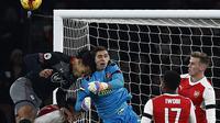 Emiliano Martinez menerima banyak tawaran untuk hengkang dari Arsenal. Namun Arsene Wenger memproteksi eks-kiper Argentina U-20 itu. (ADRIAN DENNIS / AFP)