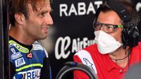 Johann Zarco bersama mekanik Ducati di sela-sela balapan MotoGP Jerez beberapa waktu lalu. (JAVIER SORIANO / AFP)