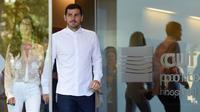 Iker Casillas bersama sang istri, Sara Carbobero, meninggalkan rumah sakit di Porto tempat ia dirawat akibat serangan jantung, Senin waktu setempat (6/5/2019). (AFP/Miguel Riopa)