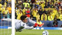 Kiper Chelsea Kepa Arrizabalaga menyelamatkan tembakan terakhir saat adu penalti pertandingan sepak bola Piala Super UEFA antara Chelsea dan Villarreal di Windsor Park di Belfast, Irlandia Utara, Rabu, 11 Agustus 2021. (AP Photo/Peter Morrison)