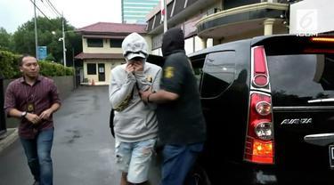 Satnarkoba Polres Jakarta Barat menangkap AJ asisten pribadi Ivan Gunawan. Polisi menyita paket sabu-sabu dan pil ekstasi dari tangan tersangka. Rencananya Polisi akan memanggil Ivan Gunawan untuk dimintai keterangan