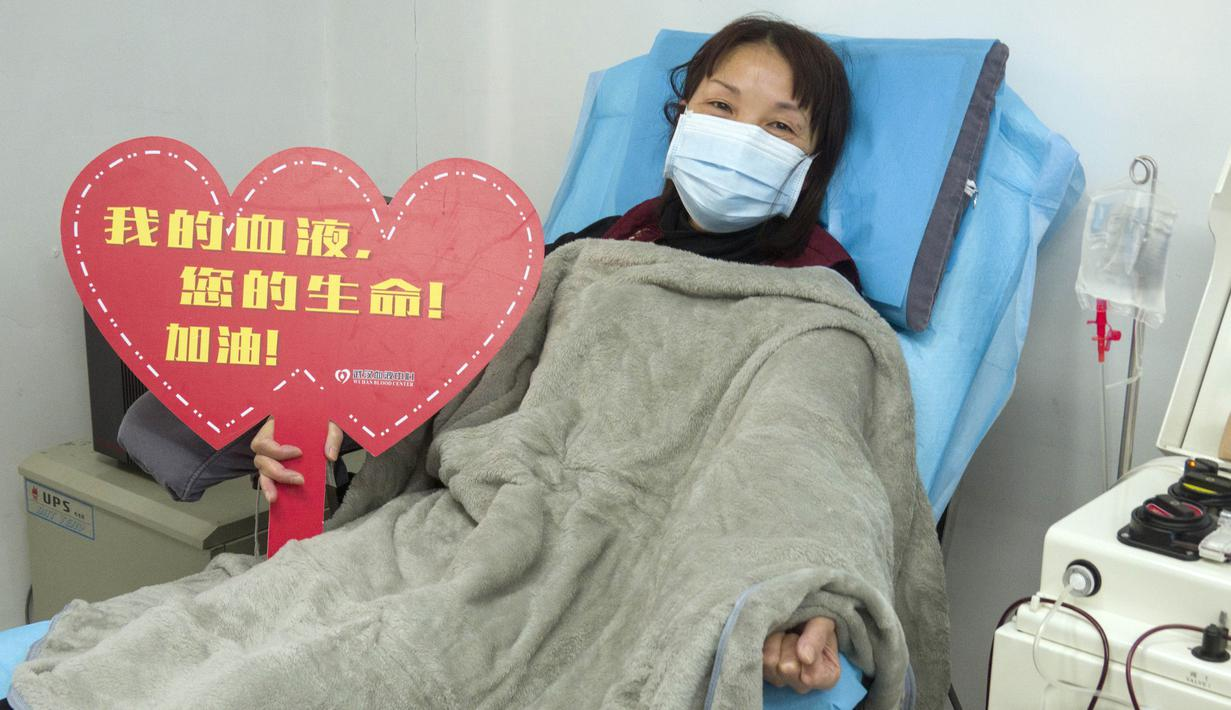 Cai Taoying, perawat di Rumah Sakit Hankou yang telah sembuh dari coronavirus, menyumbangkan plasma di Pusat Darah Wuhan di Wuhan, ibu kota Provinsi Hubei, China tengah, (17/2/2020). Pasien yang telah sembuh dari infeksi COVID-19 diimbau untuk menyumbangkan plasma. (Xinhua/Cai Yang)