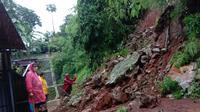 Hujan deras pada Minggu (24/1/2021) memicu longsor di Perumahan Pesona Jatiasri, Kecamatan Jatiasih, Bekasi. (Dok BPBD Kota Bekasi)