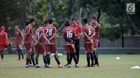 Pelatih Persija, Stefano Cugurra (tengah) memberi arahan pada timnya saat latihan jelang laga kedua Semifinal Zona Asia Tenggara Piala AFC 2018 melawan Home United di Lapangan A Kompleks GBK, Jakarta, Senin (14/5). (Liputan6.com/Helmi Fithriansyah)