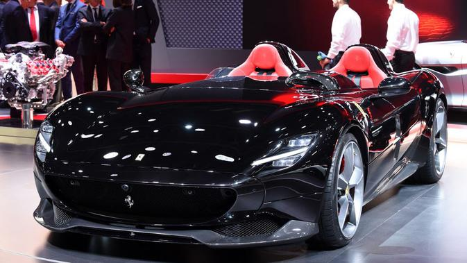 Ferrari Monza SP2 dalam pameran di Paris Motor Show, Oktober 2018. (AFP/Eric Piermont)