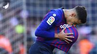 Gelandang Barcelona, Philippe Coutinho, merayakan gol yang dicetaknya ke gawang Real Madrid pada laga La Liga Spanyol di Stadion Camp Nou, Barcelona, Minggu (28/10). Barcelona menang 5-1 atas Madrid. (AFP/Gabriel Bouys)