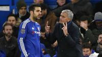 Pemain Chelsea, Cesc Fabregas  mendengar instruksi dari pelatih Jose Mourinho pada lanjutan Liga Premier Inggris di Stamford Bridge, London, Sabtu (21/11/2015).  (Reuters/Stefan Wermuth)