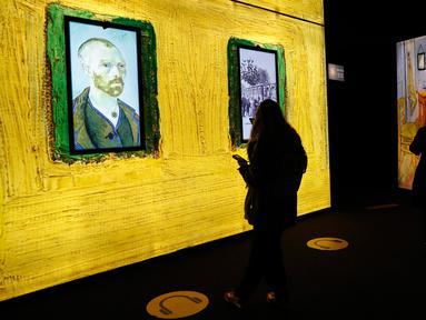 Pengunjung mengamati sejumlah koleksi dalam proyek pameran Meet Vincent van Gogh Experience di London, Inggris, Selasa (25/2/2020). Acara ini merupakan proyek persembahan Museum Van Gogh untuk fokus pada kisah hidup inspiratif pelukis tersebut. (Xinhua/Han Yan)