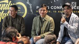 Musisi Yovie Widianto dengan Glenn Fredly hadir dalam konferensi pers Konser Tanda Mata Glenn Fredly di Jakarta, Jumat (10/8). Konser tersebut merupakan sebuah penghargaan bagi ekosistem musisi. (Liputaqn6.com/Faizal Fanani)