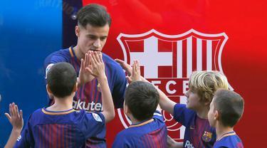 Gelandang baru Barcelona, Philippe Coutinho menyapa anak-anak saat perkenalan dirinya di Nou Camp, Barcelona (8/1). Coutinho diboyong Barcelona dengan harga sebesar 400 juta euro (sekitar Rp 6,45 triliun). (AFP Photo/Lluis Gene)