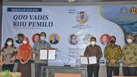 Penandatangan naskah MoU dan naskah kerja sama antara BK dengan Unpad, dari Setjen DPR RI ditandatangani Sekretaris Jenderal DPR RI Indra Iskandar dan Kepala BK DPR RI Inosentius Samsul di Gedung E Program Pasca Sarjana Fisip Unpad di Bandung, Jawa Barat, Kamis (4/3). Foto: Suciati/nvl.