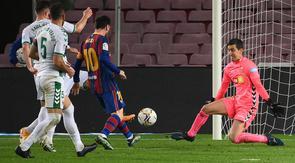 Bintang Barcelona, Lionel Messi perdaya kiper Elche pada laga lanjutan Liga Spanyol 2020/2021, Kamis (25/02/2021) dini hari WIB. (LLUIS GENE / AFP)