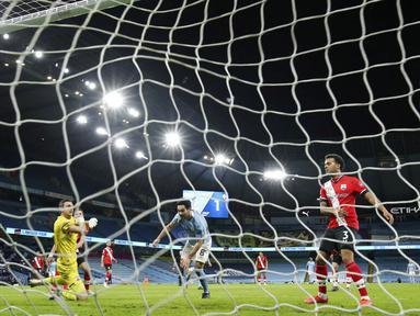Pemain Manchester City, Ilkay Gundogan, mencetak gol ke gawang Southampton pada laga Liga Inggris di Stadion Etihad, Kamis (11/3/2021). City menang dengan skor 5-2. (Clive Brunskill/Pool via AP)