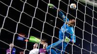 Kiper Real Madrid Keylor Navas (kanan) menepis bola saat melawan Barcelona pada leg pertama semifinal Copa del Rey di Stadion Camp Nou, Barcelona, Spanyol, Rabu (6/2). Pertandingan berakhir 1-1. (AP Photo/Manu Fernandez)