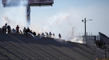 Nekat Terobos Perbatasan Meksiko-AS, Rombongan Migran Ditembaki Gas Air Mata