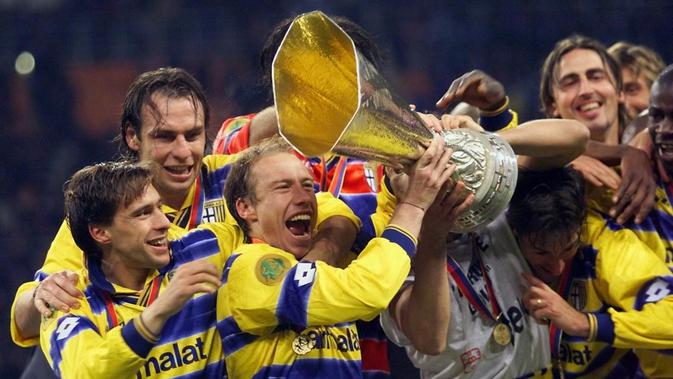 Parma berhasil menjuarai Piala UEFA 1998-1999 setelah mengalahkan Olympique Marseille dengan skor 3-0, di Luzhniki Stadium, 12 Mei 1999. (AFP/BORIS HORVAT)