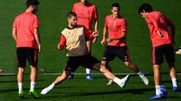 Bek Real Madrid, Sergio Ramos berusaha merebut bola saat mengikuti sesi pelatihan tim di Valdebebas, Spanyol (22/10). Madrid akan bertanding melawan FC Viktoria Plzen pada lanjutan grup G Liga Champions. (AFP Photo/Gabriel Bouys)