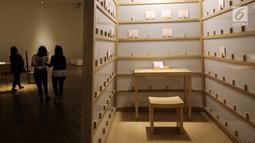 Sebuah karya seni instalasi berupa bilik The Letter Writing Project di Museum MACAN, Kebon Jeruk, Jakarta, Kamis (14/2). Pameran bertajuk Masa Lalu Belumlah Berlalu berlangsung hingga 10 Maret 2019. (Liputan6.com/Fery Pradolo)