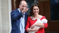 Pangeran William dan Kate Middleton memperlihatkan wajah bayi ketiga mereka ketika akan meninggalkan Rumah Sakit St Mary's di Paddington, London, Senin (23/4). Sejauh ini nama putra ketiga Pangeran William dan Kate Middleton belum diumumkan. (AP Photo)