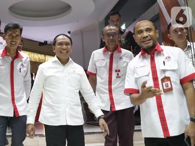 Menpora, Zainudin Amali (tengah) bersiap memberi keterangan terkait kesiapan Indonesia sebagai tuan rumah Piala Dunia U-20 2021, Jakarta, Kamis (24/10/2019). Indonesia resmi ditunjuk FIFA sebagai penyelenggara Piala Dunia U-20 pada 2021. (Liputan6.com/Helmi Fithriansyah)