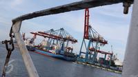 Aktivitas bongkar muat di Pelabuhan Tanjung Priok, Jakarta, Selasa (25/10). Kebijakan ISRM diharapkan dapat meningkatkan efisiensi pelayanan dan efektifitas pengawasan dalam proses ekspor-impor. (Liputan6.com/Immaniel Antonius)