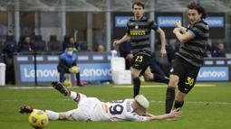 Pada paruh kedua, Inter Milan masih menguasai jalannya pertandingan. Matteo Darmian (kanan) berhasil menggandakan keunggulan Inter pada menit ke-69. (Foto: AP/Luca Bruno)