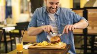 Cara makan burger (Sumber: Istockphoto)