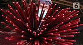 Pekerja menunjukkan hio yang telah dicat di kawasan Tangerang, Banten, Kamis (28/1/2021). Menjelang Imlek atau Tahun Baru China, permintaan akan Hio terus mengalami peningkatan untuk kebutuhan sembahyang warga keturunan Tionghoa. (Liputan6.com/Angga Yuniar)