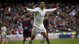 Cristiano Ronaldo melakukan selebrasi usai menjebol gawang Celta Vigo, Spanyol, Sabtu (5/3/2016). Empat gol ke gawang Celta Vigo membuat Ronaldo telah melampaui 350 gol selama berseragam Madrid sejak 2009. (Reuters/Susanna Vera)