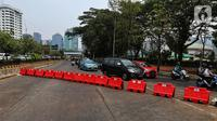Kendaraan melintas di sekitar Gedung DPR RI, Jakarta, Kamis (17/10/2019). Direktorat Lalu Lintas Polda Metro Jaya kembali menutup sejumlah ruas jalan menuju kawasan Gedung DPR RI jelang pelantikan Presiden dan Wakil Presiden terpilih. (Liputan6.com/JohanTallo)