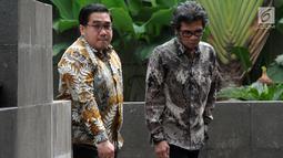 Dirut PT. Samantaka Batubara AM Rudi Herlambang (kanan) tiba memenuhi panggilan penyidik KPK di Jakarta, Selasa (30/4/2019). AM Rudi diperiksa sebagai saksi dalam kasus suap dugaan pembangunan PLTU Riau-1 yang menyeret Direktur Utama nonaktif PT PLN Sofyan Basir. (merdeka.com/Dwi Narwoko)