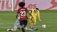 Penyerang Barcelona, Lionel Messi berusaha melewati kiper Osasuna, Sergio Herrera pada pertandingan lanjutan La Liga Spanyol di stadion El Sadar di Pamplona, Spanyol, Minggu (7/3/2021). Dengan kemenangan ini, Barcelona mengantongi 56 poin dari 26 pertandingan. (AP Photo/Alvaro Barrientos)