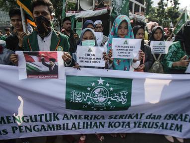 Massa yang tergabung dalam Masyarakat Indonesia Peduli Yerusalem unjuk rasa terkait keuputusan Presiden AS, Donald Trump yang mengkali Yerusalem sebagi ibu kota Israel di depan kantor Kedutaan Besar AS, Jakarta, Jumat (8/11). (Liputan6.com/Faizal Fanani)