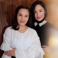 Perbedaan dandanan kedua aktris ini terletak pada warna lipstik yang dipakai. (Sumber foto: ryanogilvy/instagram)