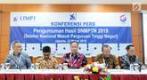 Menristekdikti M Nasir (tengah) memberi paparan pengumuman hasil Seleksi Nasional Masuk Perguruan Tinggi Negeri (SNMPTN) 2019 di Jakarta, Jumat (22/3). Sebanyak 92.331 siswa lulus SNMPTN 2019. (Liputan6.com/Herman Zakharia)