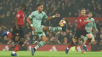 Striker Arsenal, Pierre-Emerick Aubameyang mengontrol bola dari kawalan bek Manchester United, Eric Bailly selama pertandingan lanjutan Liga Inggris di stadion Old Trafford (5/12). MU bermain imbang 2-2 atas Arsenal. (AFP Photo/Oli Scarff)