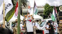 Peserta kader Partai Keadilan Sejahtera (PKS) puisi saat melakukan aksi bela Palestina di depan Kedutaan Besar Amerika Serikat, Jakarta, Kamis (20/5/2021). Aksi tersebut dalam rangka berempati kepada bangsa Palestina untuk mendapatkan kemerdekaannya dari serangan Israel. (Liputan6.com/Faizal Fanani)