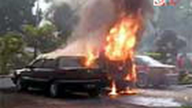 Agenda penyampaian misi visi calon bupati di kantor DPRD Kabupaten Mojokerto, Jawa Timur, Jumat (21/5) diwarnai kericuhan. Ratusan massa pendemo berusaha menggagalkan acara dan membakar belasan mobil dinas.