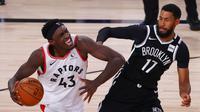 Pebasket Toronto Raptors, Pascal Siakam (kiri), hendak melepaskan diri dari penjagaan pebasket Brooklyn Nets, Garrett Temple (kiri) pada game pertama Playoff NBA, Senin (17/8/2020) waktu setempat. (Kevin C. Cox/Pool Photo via AP)
