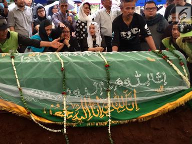 Keluarga dan kerabat saat prosesi pemakaman musikus Yockie Suryo Prayogo di TPU Karet Bivak, Jakarta, Senin (5/2). Mantan personel grup musik God Bless tersebut meninggal dalam usia 63 tahun. (Liputan6.com/Immanuel Antonius)