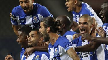 Gelandang FC Porto, Jesus Corona, merayakan gol yang dicetaknya ke gawang Maritimo pada laga lanjutan Liga Portugal di Dragao Stadium, Porto, Kamis (10/6/2020) waktu setempat. Porto menang tipis 1-0 atas Maritimo. (AFP/Jose Coelho/Pool)