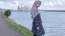 Meski sudah mengenakan hijab, bukan berarti Chacha tidak bisa tampil stylish dengan berbagai model busana. Salah satunya dengan blouse motif warna kalem. Ia juga memadukan dengan celana kulot panjang hitam. Gaya fashion ini cocok untuk kamu yang ingin tampil anggun.(Liputan6.com/IG/@chafrederica)