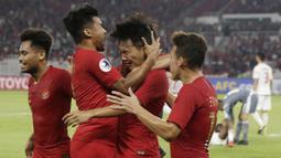 Para pemain Indonesia merayakan gol yang dicetak oleh Witan Sulaeman ke gawang Uni Emirat Arab (UEA) pada laga AFC di SUGBK, Jakarta, Rabu (24/10/2018). Indonesia menang 1-0 atas UEA. (Bola.com/M Iqbal Ichsan)